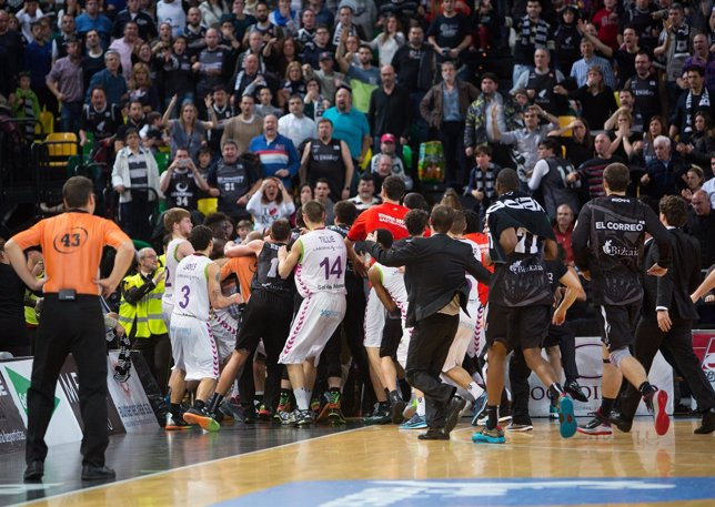 El Bilbao Basket arrolla al Baskonia en un derbi con desagradable final
