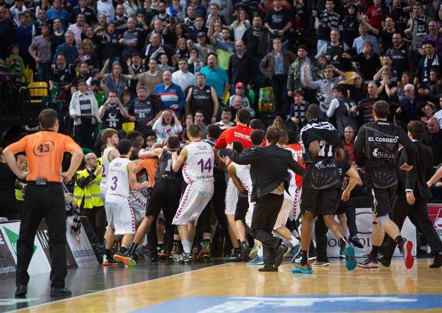 El Bilbao Basket arrolla al Baskonia en un derbi con desagradable final