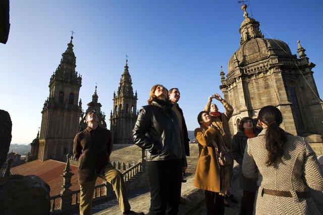 Un grupo de turistas en las cubiertas de la catedral durante una visita con guía