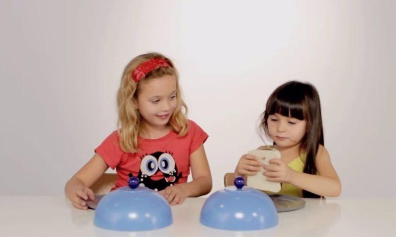 Experimento social: ¿Qué pasa si a dos niños les damos un solo bocadillo y nadie les ve?