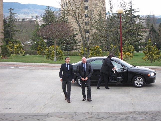 Pablo Zalba junto a Luis de Guindos a su llegada a la conferencia