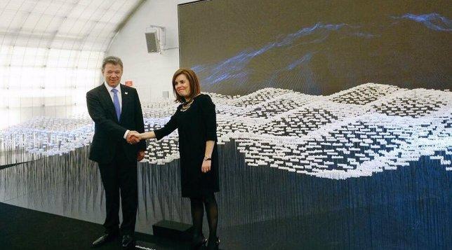 Juan Manuel Santos y Soraya Sáenz de Santamaría en la exposición de El Matadero