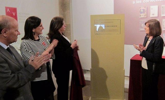 Català, junto a las sobrinas de Orts, muestra una placa conmemorativa