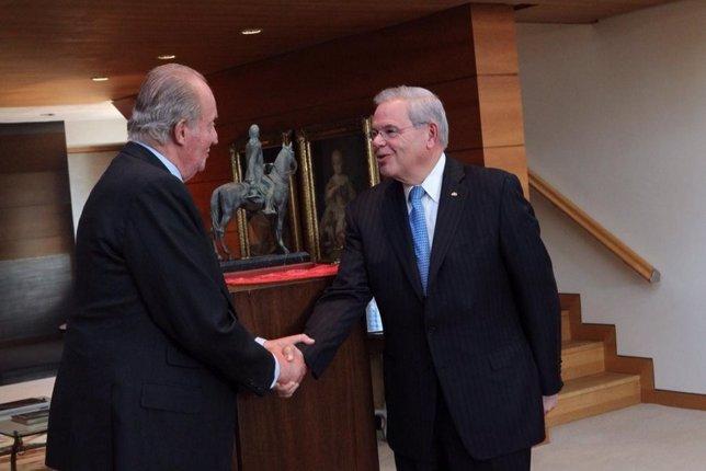 El Rey Don Juan Carlos entrega galardón a Bob Menendez