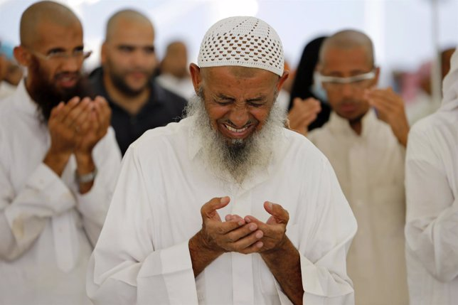 Musulmanes rezando en Mina (Arabia Saudí)