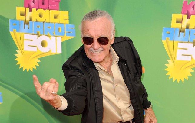 Stan Lee hace el gesto de Spiderman