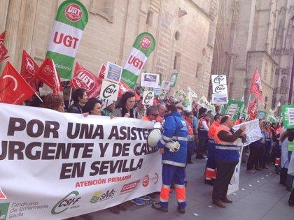 Unas 400 personas se concentran ante el SAS contra los recortes en la urgencias extrahospitalarias
