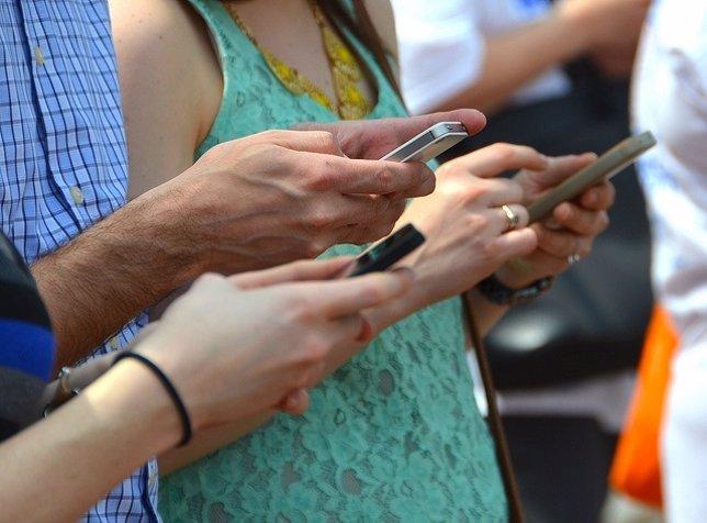 Gente utilizando smartphones (recurso)