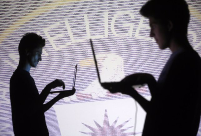 Trabajadores informaticos con emblema de la CIA.