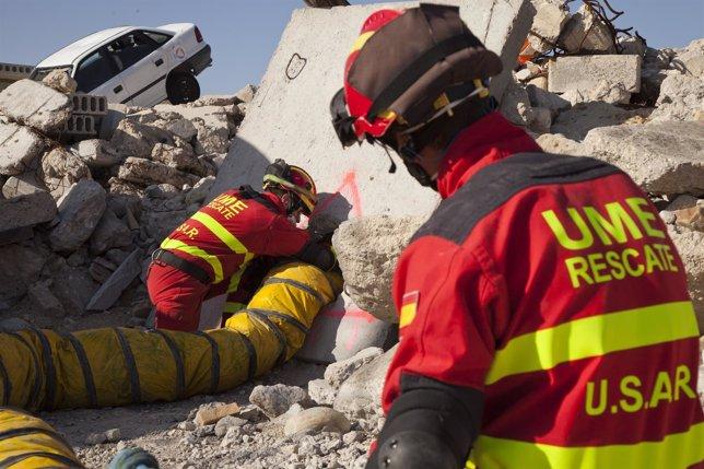 Efectivos de la UME realizan labores de rescate.