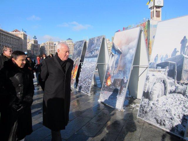 El ministro García-Margallo visita la Plaza del maidán en Kiev