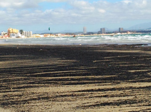 Vertido sobre la playa El Rinconcillo de Algeciras (Cádiz)