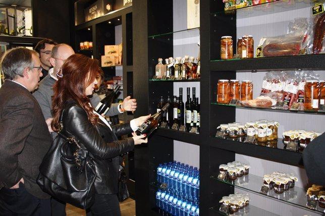 Silvia Clemente visita la primera de las tiendas Tierra de Sabor