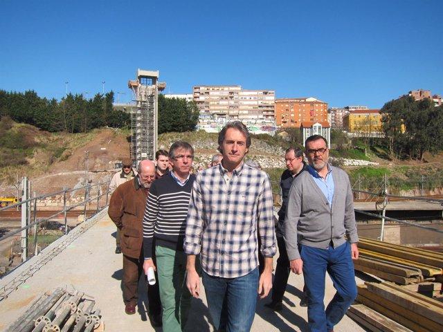 El alcalde visita las obras de la pasarela sobre las vías del tren