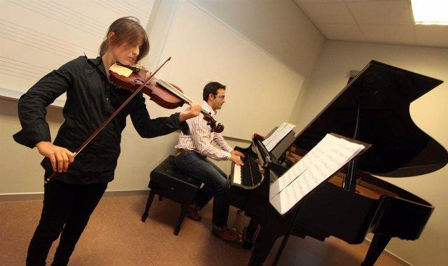 Dos músicos practicando