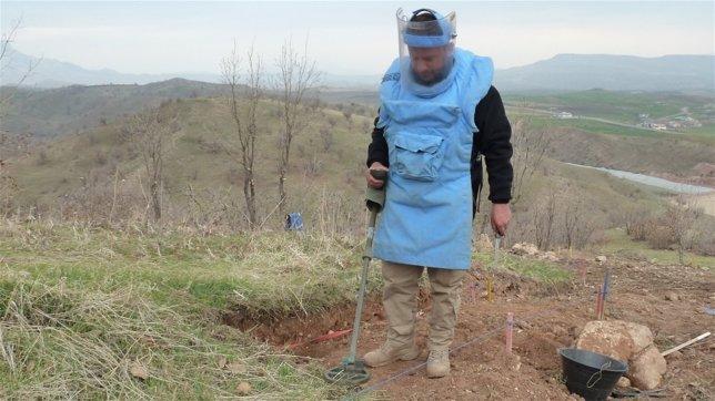 Un artificiero realiza tareas de desminado en el Kurdistán iraquí