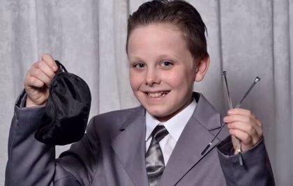 Un niño se disfraza del protagonista de '50 sombras de Grey' para ir al colegio