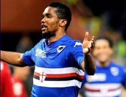Samuel Eto'o marca gol con la Sampdoria