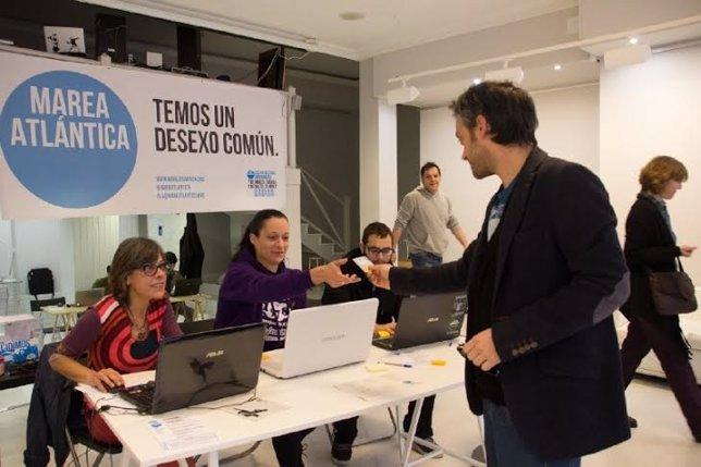 El candidato de la Marea Atlántica, Xulio Ferreiro, vota en las primarias