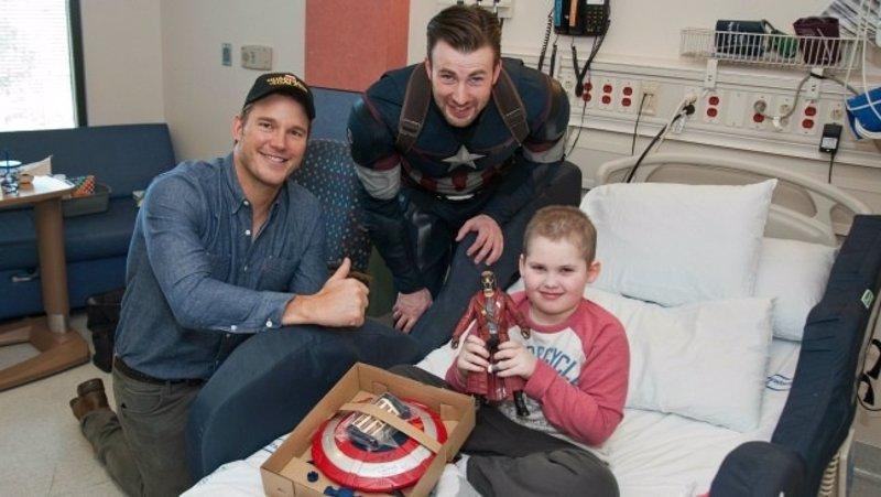 Chris Evans (Capitán América) y Chris Pratt (Guardianes de la Galaxia) visitan a los niños de un hospital de Seattle