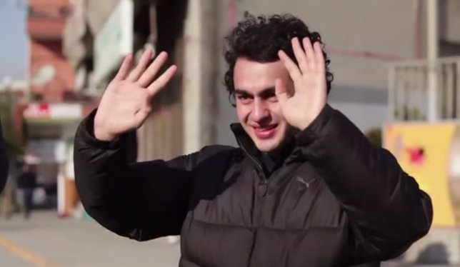 Sorprenden a su vecino sordo aprendiendo a comunicarse por lenguaje de signos