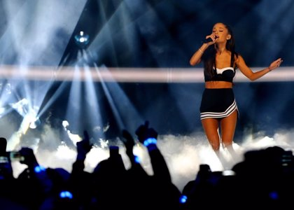 Vídeo: Ariana Grande se cae en pleno concierto en Toronto