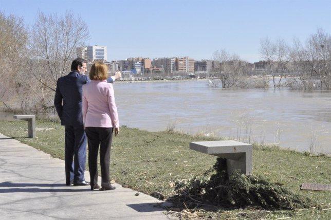 Rajoy observa los daños de la crecida de Ebro en la ciudad de Zaragoza, con Rudi