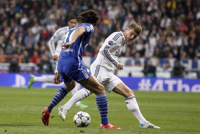 Toni Kroos ante Sané en el Real Madrid-Schalke