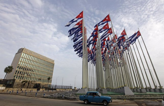 Banderas cubanas frente a la sección de Interesses de EEUU en La Habana