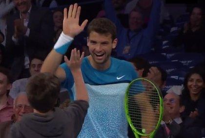 Un niño se enfrentó a Roger Federer y deslumbró con un 'globo' perfecto