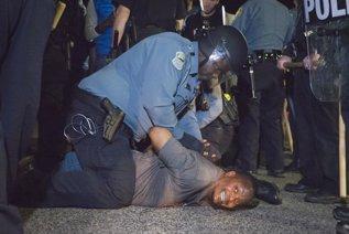 Policía de Ferguson con un manifestante