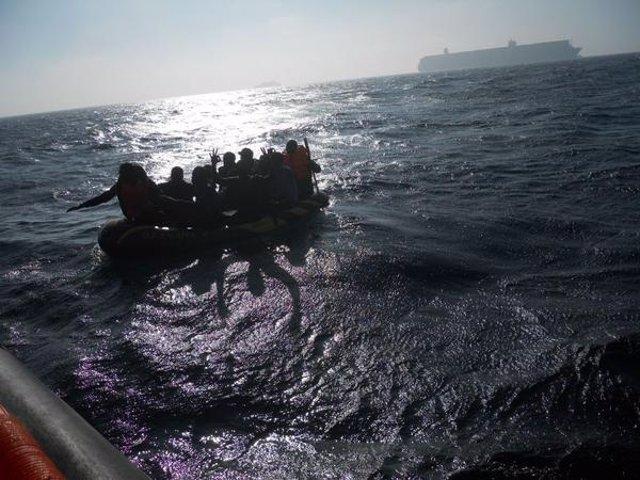 Rescate de la embarcación buscada en el Estrecho