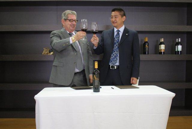 El presidente de Bodegas Luzón, José Fuertes, brinda con Li Shiyi