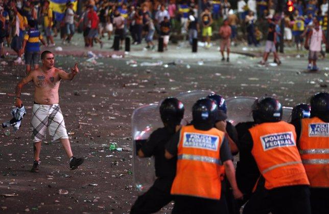 Hincha de Boca Juniors se enfrenta a la Policía barras bravas