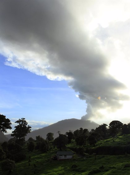 Evacuan pueblos cerca del volcán Turrialba tras mayor erupción desde 1996