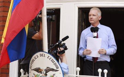 Fiscalía sueca pide a Assange permiso para interrogarle en Londres