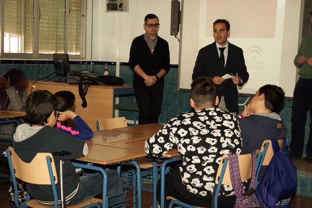 Daniel Pérez delegado igualdad en taller rap y reggae a alumnos instituto