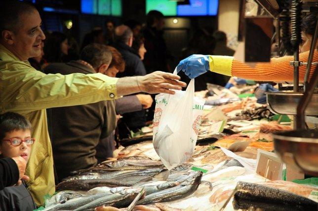 Hombre comprando en una pescadería