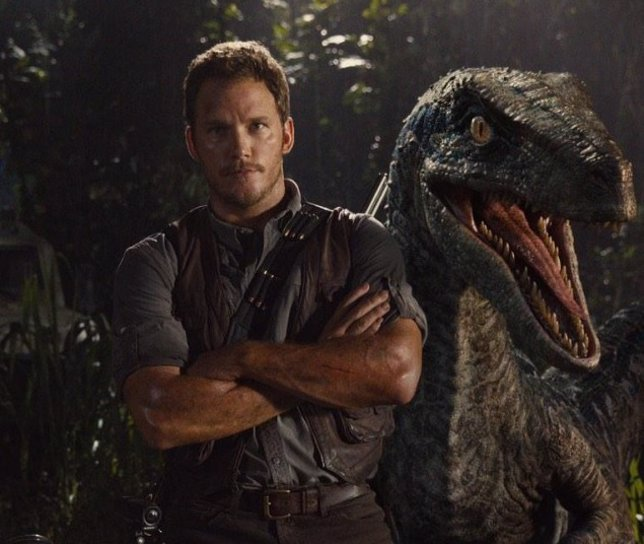 Chris Pratt con un velociraptor en Jurassic World