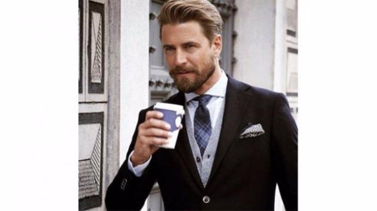 5a746301c Nueva moda en Instagram: fotos de hombres guapos tomando café