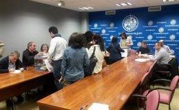 Miembros de la UJA votan en la primera vuelta de las elecciones a rector.