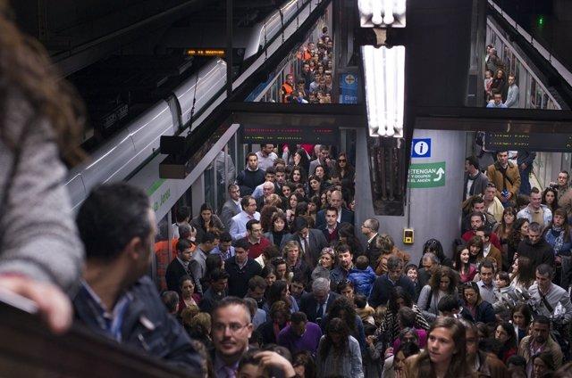 Metro de Sevilla en hora punta en Semana Santa
