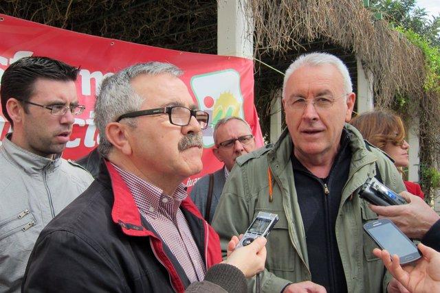 Cayo Lara (d), junto a Luis Segura, atiende a los periodistas.