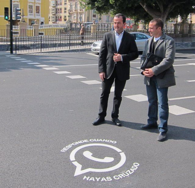 Iniesta y García contemplan la nueva señalización horizontal paso peatones/cebra
