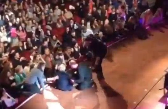 Franco Battiato caído en el escenario