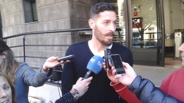Damiá Abella a la salida del Palacio de Justicia en Pamplona.