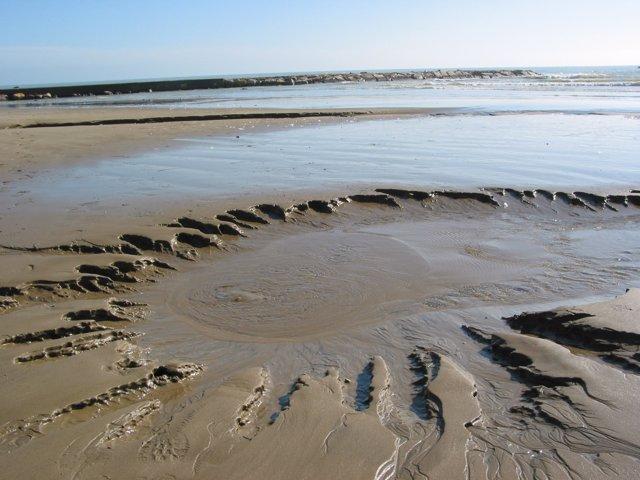 Agua subterránea descargando en el mar justo antes de la línea de costa