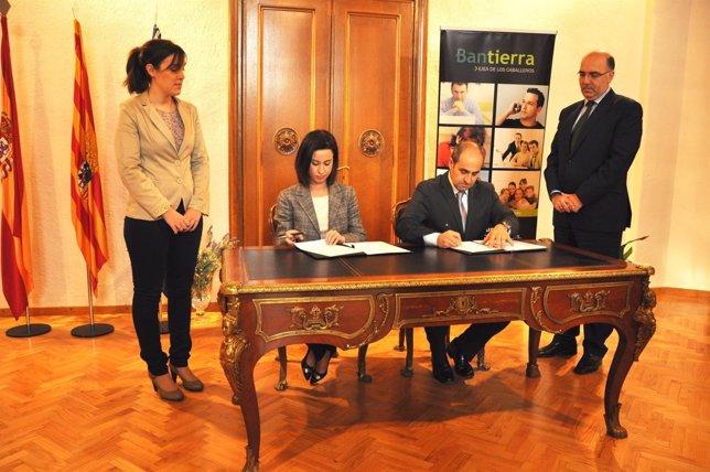 Ladrero y Calvo han firmado este martes la renovación de la Hipoteca Joven