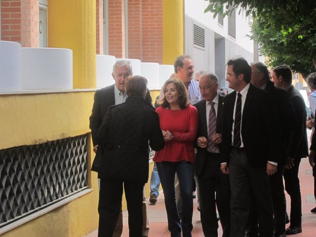 Sáenz de Santamaría saluda a un vecino a su llegada a El Ejido