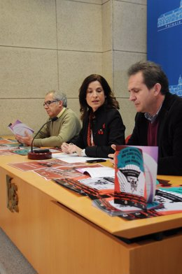 Gracia (centro), entre Poyato y Torres en la presentación